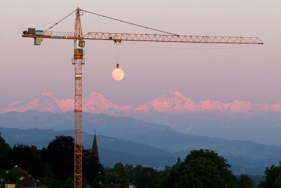 在这张令人惊叹的照片里,月球看起来像是悬吊在一部起重机上