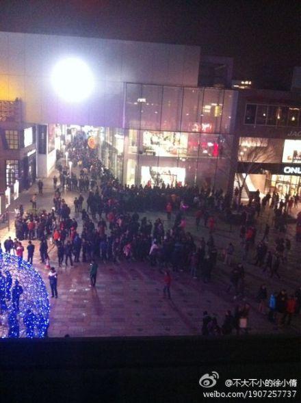 三里屯苹果零售店也排起了长龙(图片来自微博网友@不大不小的徐小倩)
