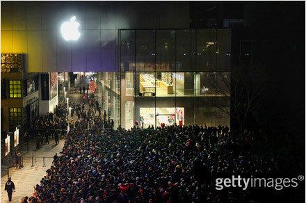 苹果三里屯店外排队人群(图片来自微博网友@李锋摄影)