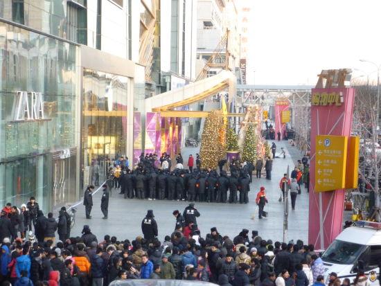 北京,苹果西单旗舰店外,警察维持现场秩序(新浪科技 宗秀倩/摄)