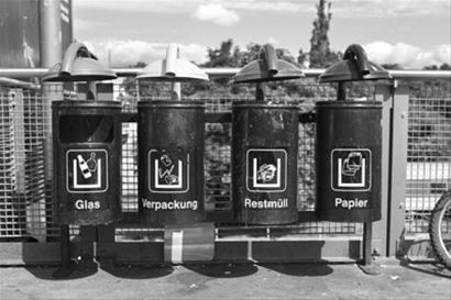 德国街头随处可见分类垃圾桶