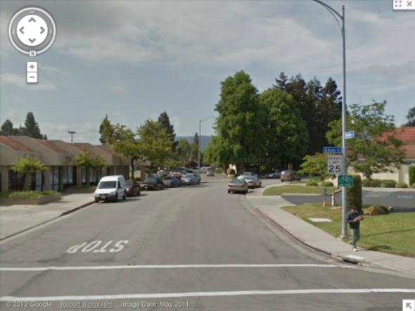 外媒記者調侃稱街道右側可能過有隨便走的間諜路過。
