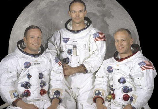 阿波罗11号载人飞船的美国宇航局成员:阿姆斯特朗(左)是这次登月任务指挥官,也是第一个踏上月球表面的人;艾德文-巴兹-奥尔德林(右)是登月舱驾驶员;迈克尔-柯林斯(中)是指挥舱驾驶员。