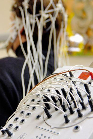 """用脑电图机测量脑波:最近的重大突破使科学家首次能""""看清""""人脑内部的情况,但这项技术真能用于制造阿凡达机器人吗?"""