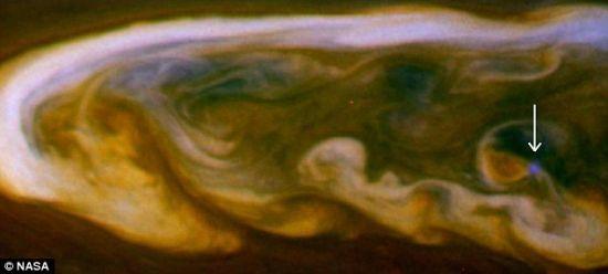 启示:土星出现迄今最大风暴时,一个美国宇航局航天器拍到这颗被光环环绕行星的白天闪电。照片上的这个明亮的蓝色斑点显示出一个强大雷击。