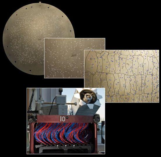 它是如何制成的?斯隆基金会望远镜(图像底部)使用一块1米直径的铝板进行星系光谱测量,每次可以测量1000个不同星系的光谱。它上面有很多小孔,每个孔对应一个星系或恒星的位置