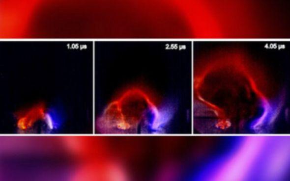 美国科学家首次在实验室再现等离子环。这种环是太阳表面大规模耀斑的前兆,能够导致地球上出现电风暴