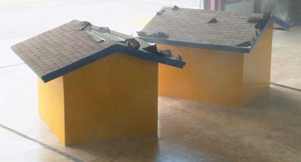测试这个系统时,这两个试验建筑被固定在地面上。