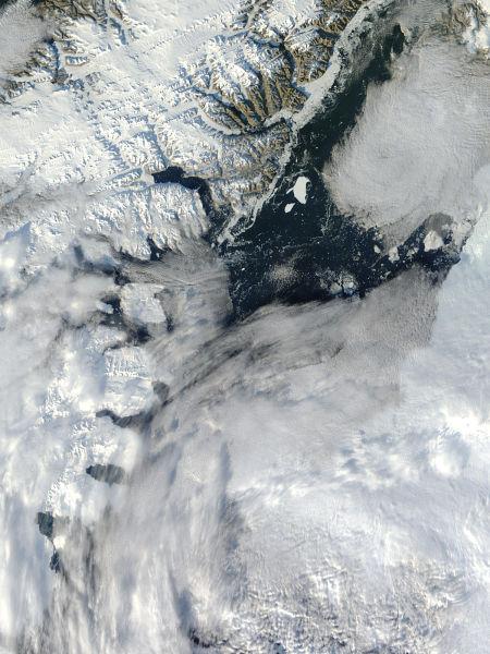 在海峡附近海面上漂浮的冰山