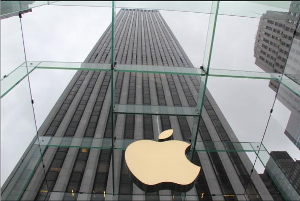 苹果标志象征着美国科技的骄傲,背后的通用汽车大厦则代表着美国工业的辉煌。