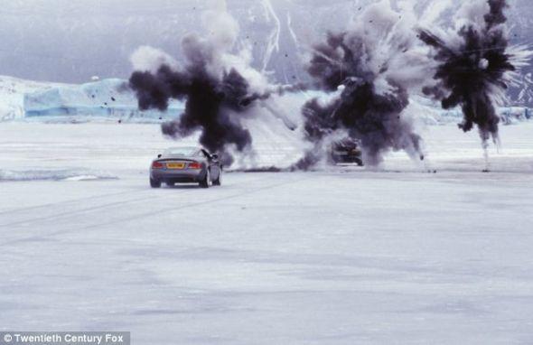 """《择日而亡》剧照。日本设计的""""透明""""汽车允许驾驶者""""看穿""""汽车后面,帮助倒车"""