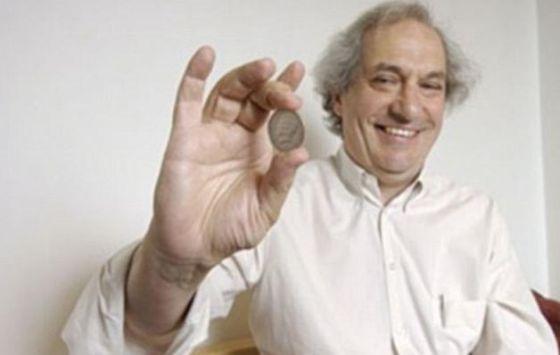 斯坦福教授佩尔西-戴康尼斯(图)已经确定,一枚被抛起的硬币最初面朝上的一面仍朝上的可能性更大