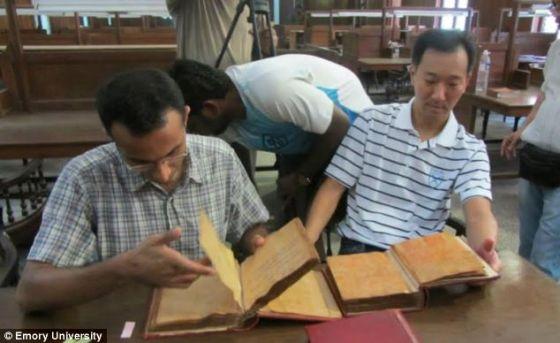 研究人员正在浏览拉马努金生前留下的笔迹。目前,一部讲述这位数学天才的影片正在拍摄当中
