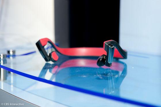颅骨传声耳机并非直接向耳朵发出声音,而是通过颅骨传送声波。