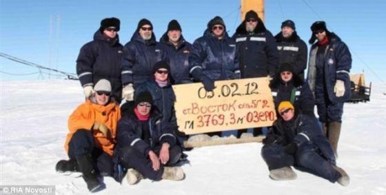 俄罗斯探险队2012年成功钻探到沃斯托克湖后合影留念。