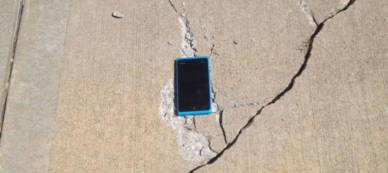 """图一:诺基亚手机的""""皮实""""有口皆碑,甚至把地板都砸裂了……"""