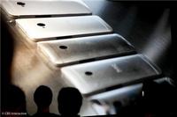 现场展示手机背壳生产的流程