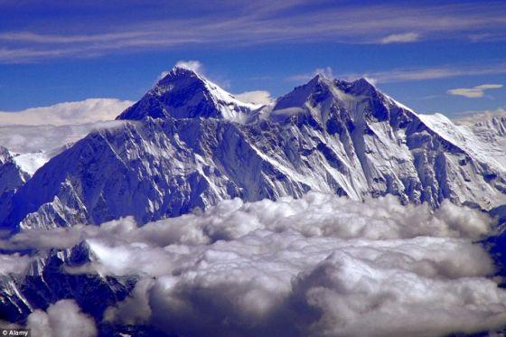 尼泊尔喜马拉雅山脉的珠穆朗玛峰:珠穆朗玛峰从山底到山顶的高度只有15000英尺(约合4572米),比火星上的伊奥利亚山矮3000英尺(914.4米)