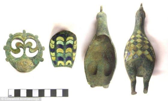 这些是在塞伦赛斯特一个孩子墓穴中发现的小公鸡分体部分。现在,它们已被完美拼凑在一起。