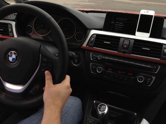 传苹果公司目前正在与汽车厂商合作,将iOS的地图和Siri服务深度整合到汽车中。
