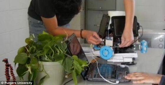 IndaPlant采用的电池可以使用太阳能充电,也可以使用笔记本充电。这款机器人采用的传感器允许其寻找最近的光源,而后转动蓝色轮子,移动到光源位置