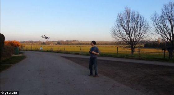 Universal Air公司当前的四旋翼直升机使用远程遥控装置控制,新版本将具备自行追踪用户手机信号的能力