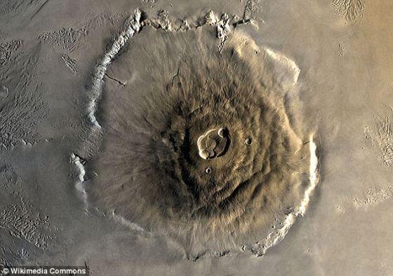 如图所示,据悉火星上的奥林匹斯火山是太阳系里的最大火山。它的宽度比大塔穆小大约3英里(4.83公里),但其整体质量被认为比后者大25%