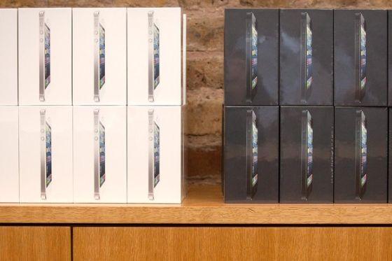 苹果公司通过空运将新款iPhone从中国组装厂,运往世界各地零售店。