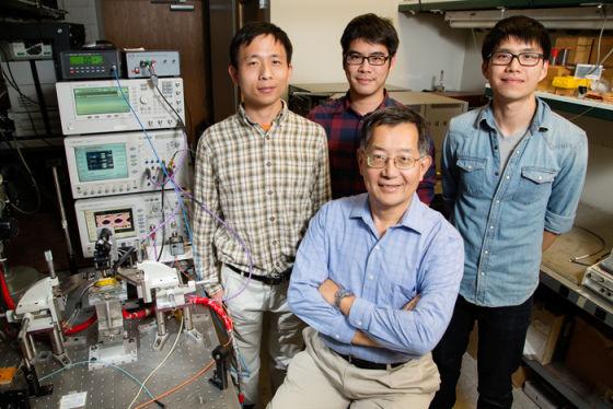 美国伊利诺伊大学的工程团队。从左到右:博士后研究员谭飞,研究生吴孟凯以及米歇尔·刘,前面是这项技术的研制负责人,米尔顿·冯教授。冯教授领衔的团队开发的新技术达到了每秒40G的传输速度,这是美国境内的最高纪录