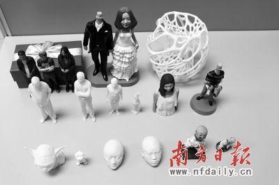 3D打印机打印出来的人物雕像和装饰品。戴双城 摄