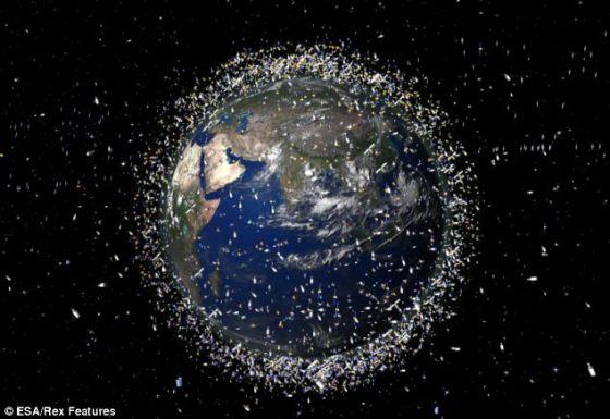 """地球轨道中存在大约2.2万块大尺寸太空垃圾,可以从地面上进行追踪。包括这些""""大块头""""在内的太空垃圾据估计达到37万块,时速2.2万英里,对载人飞船和卫星的安全构成威胁"""