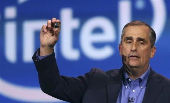 图为:英特尔CEO科再奇推出可穿戴设备芯片Edison