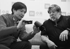 雷军(左)和史蒂夫・沃兹(右)一同组装小米路由器。本报记者 饶强摄