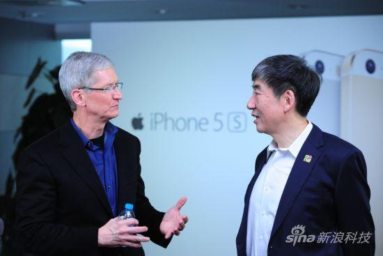 苹果公司CEO蒂姆・库克(图左)和中国移动董事长奚国华(图右)