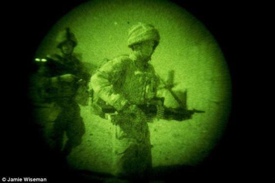 透过夜视镜在阿富汗南部地区的赫尔曼德省看到的海军陆战队。这种新系统能为你提供相同能力,但是不用夜视镜,而是隐形眼镜