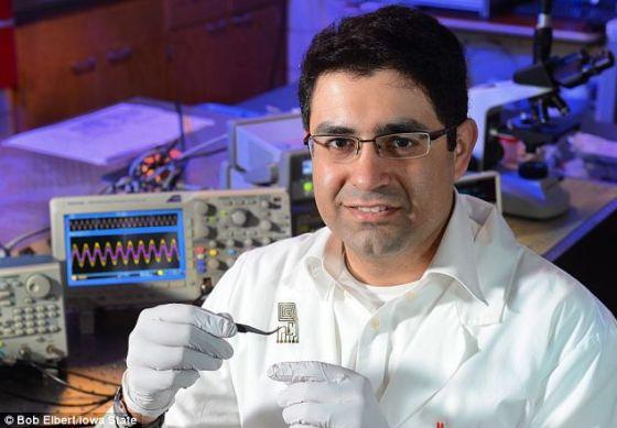 美国爱荷华州立大学的蒙塔扎米在检查一种具有数据传输能力的可降解天线。科研组希望将来它会成为一种被盗后可自行溶化的手机的组成部分。