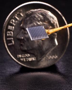 这种可移植到到大脑内的BrainGate神经界面,可以探测和记录大脑信号,使人重获对手、脚控制,从而通过点、触的动作来操作电脑。单个BrainGate设备能够运行2.7年(即1000天)。