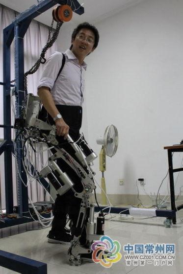 在中科院常州先进制造技术研究所,一款高科技含量的机械外骨骼已研制成功,目前已进入调试阶段。