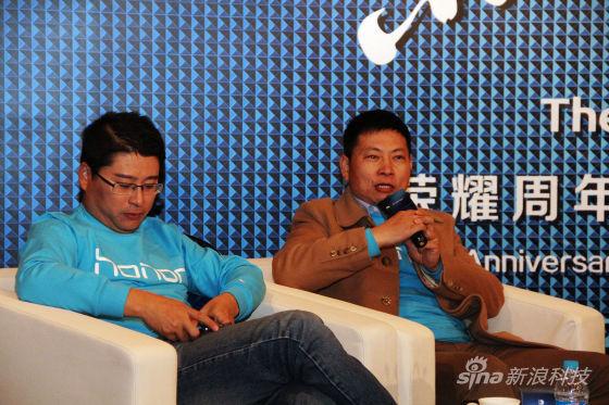 华为消费者BG CEO余承东(右),华为荣耀总裁刘江峰(左)
