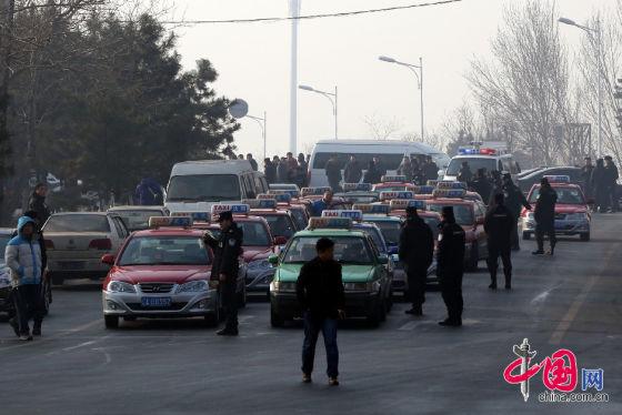 2015年1月4日,辽宁省沈阳市,2015年首个工作日,沈阳数千台出租车集体罢运,表达不满,不少上班族打不到车。交警在现场进行疏导
