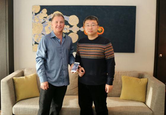 新浪科技记者孟鸿(左)独家专访苹果公司Greg Joswiak