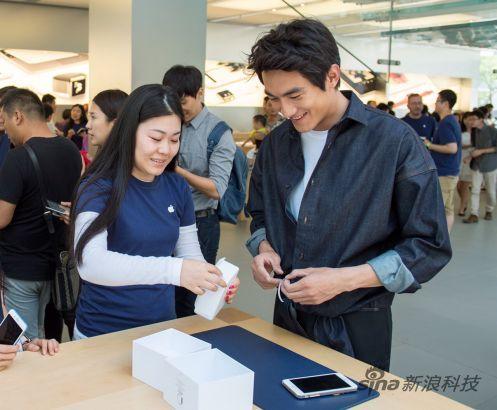 演员林更新到三里屯苹果店购买Apple Watch