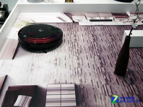自动躲花瓶LG展出HOM-BOT智能吸尘器