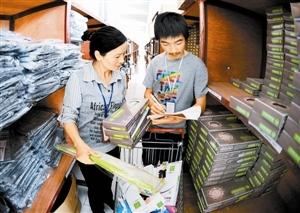浙江义乌一家网店的工作人员在配送商品。 新华社发