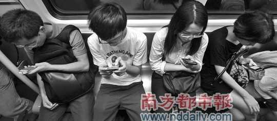 <p>地铁上用手机上网是打发时间的好方式。 南都资料图片</p>