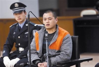 快递员涉嫌劫杀女歌手受审(组图)
