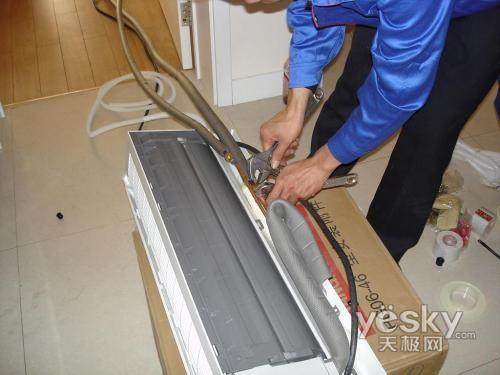 5.另外还要特别关注三漏问题,即漏电、制冷剂泄漏、漏水。可以用以下方法检查漏电情况:用试电笔检测,如果有较强亮光,是严重漏电;手触及空调外壳及旋钮有麻手感觉,用试电笔检查有微亮,是轻微漏电。空调漏电是电气绝缘遭破坏所致,会对人体产生电击现象,要千万小心。   检查制冷剂泄漏时要注意,制冷剂泄漏的空调,在毛细管出口至蒸发器入口会有部分结霜,而其他部分有少量凝露或干燥无霜,压缩机的吸气管温度接近环境温度。最后还要仔细检查是否漏水。   漏水主要是由于机器自身带的水管和备用水管在连接时未做防水处理,因此