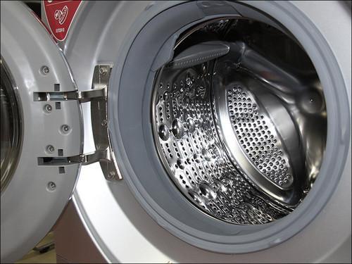 由于洗衣桶的重量中心与旋转中心一致