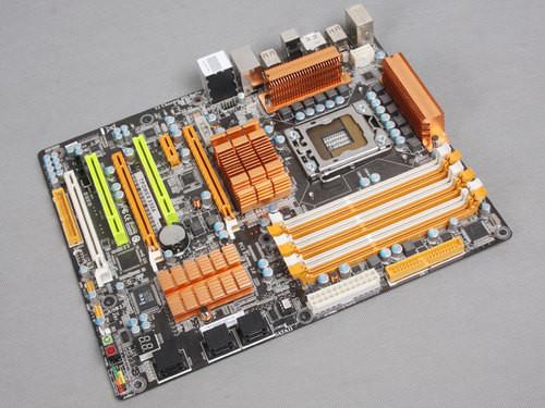 x58主板; 迷你机箱容纳顶级硬件实测; 虽拥挤却不闷热神奇迷你机箱