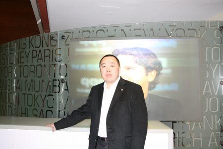 科技时代_图文:华视传媒CEO李利民在交易所门口